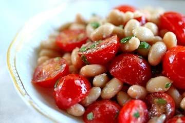 طرز تهیه سالاد لوبیای سفید و گوجه فرنگی گیلاسی