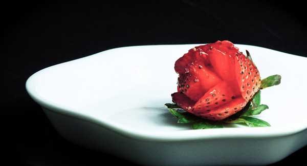 توت فرنگی به شکل گل داخل بشقاب سفید