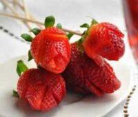 نمونه تزئین توت فرنگی به شکل گل