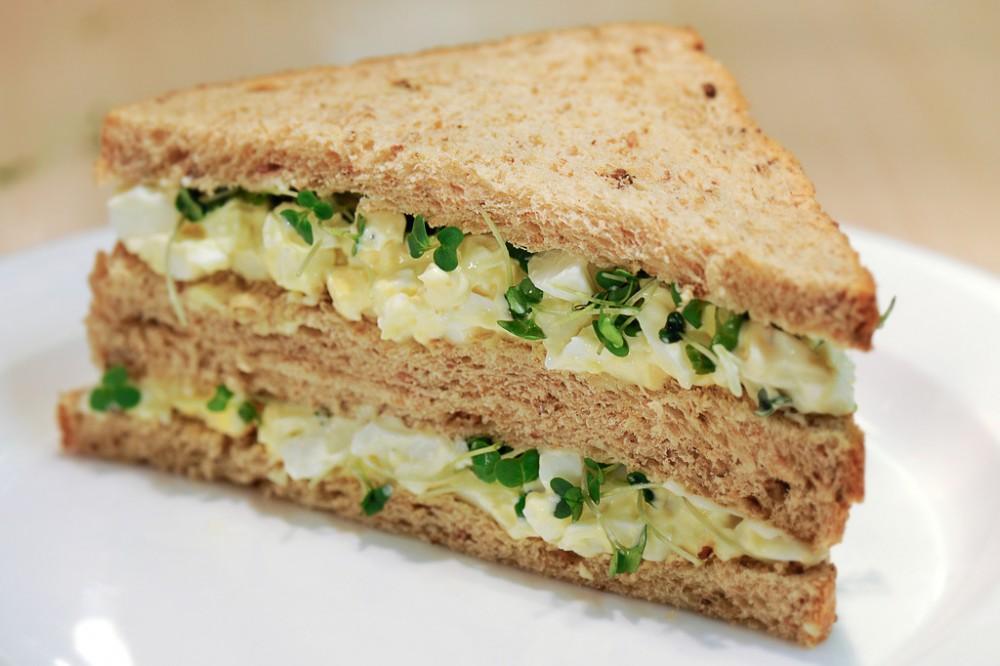 ساندویچ با سالاد تخم مرغ
