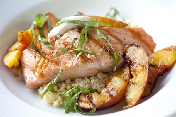 دستور پخت غذا  , طرز تهیه ماهی سالمون گریل شده با شلیل