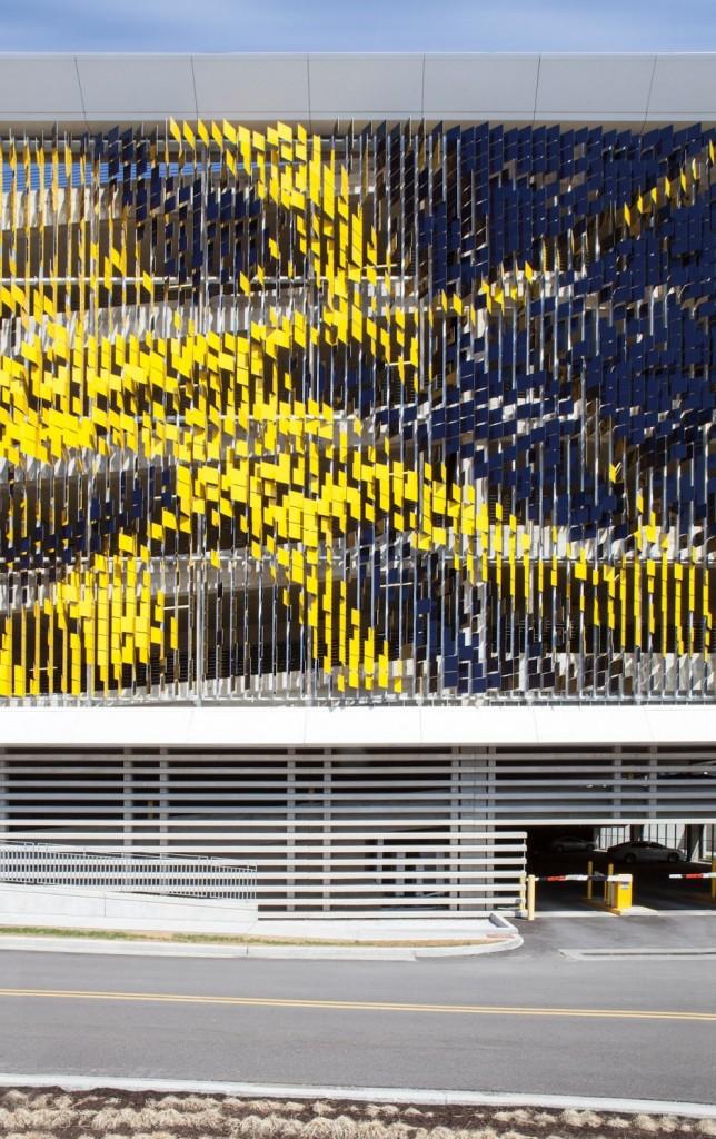 ساختمانی که با عبور از کنار ان رنگش تغییر می کند