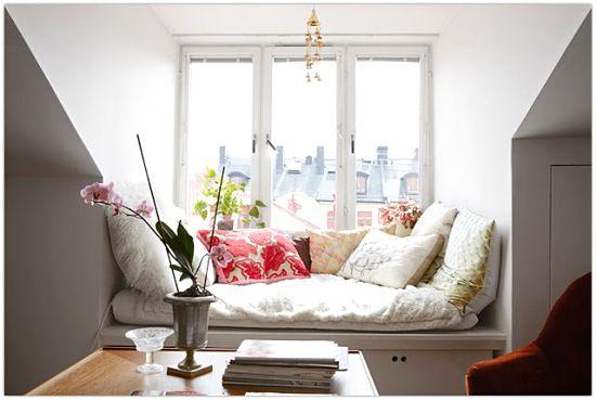 کاناپه کنار پنجره