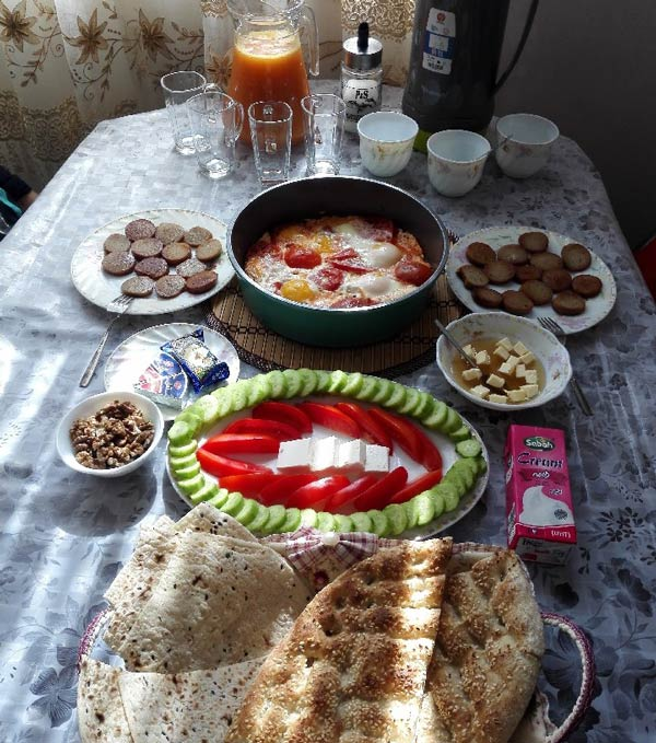 چیدمان صبحانه خانوادگی