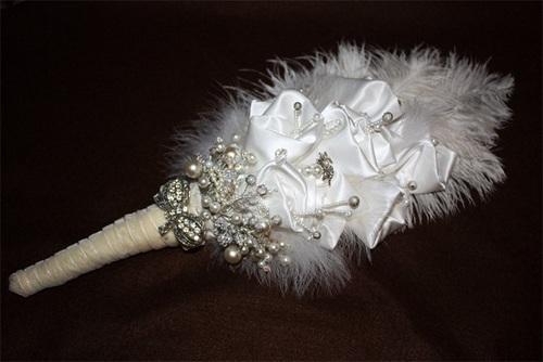 دسته گل عروس از گل های پارچه ای سفید و سنگ های تزیینی و مروارید
