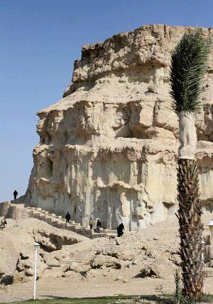 جاذبه های ایران گردشگری  , معماری صخرهای غار خربس