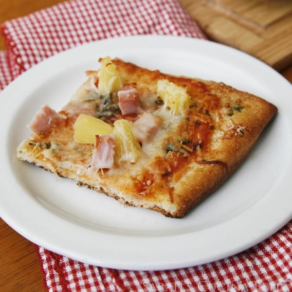 پیتزا هاوایی با خمیر سبزی و پنیر