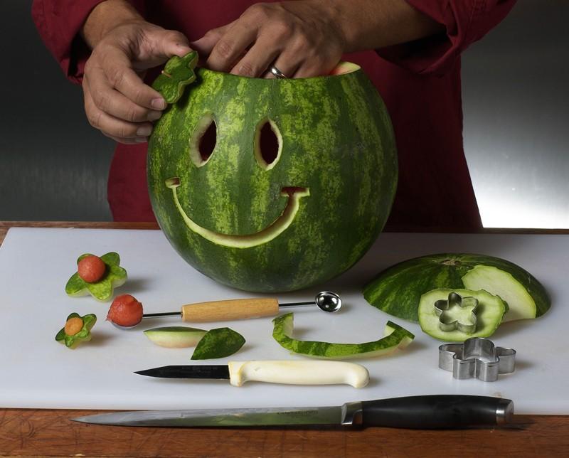 تزئین هندوانه به شکل لبخند آموزش تصویری میوه آرایی شب چله