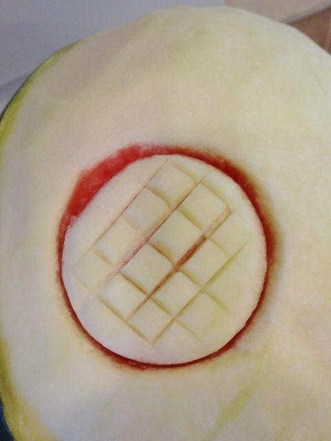تزئین هندوانه به شکل گل آفتابگردان (آموزش تصویری)