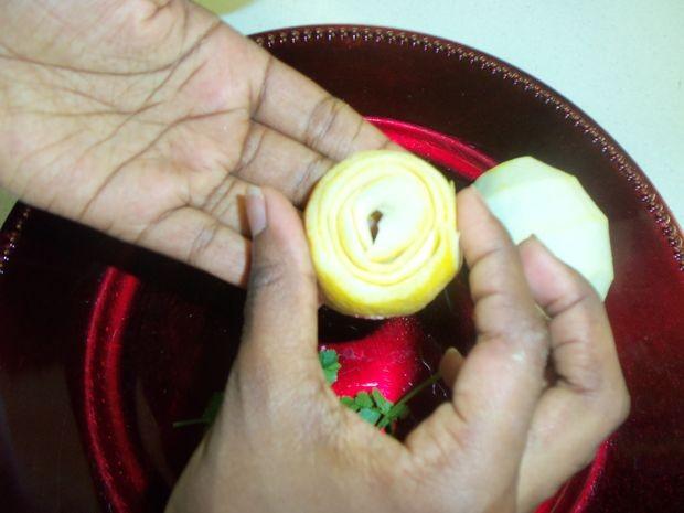 تزئین لیمو ترش به شکل گل رُز (آموزش تصویری)