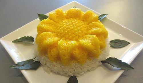 تزیین پلو با قالب به شکل گل آفتابگردان