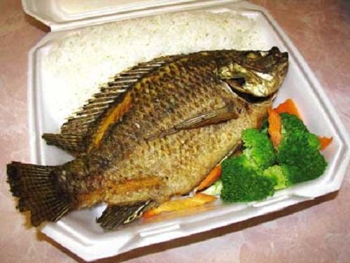 تزیین ماهی قزل الا سرخ شده و شکم پر
