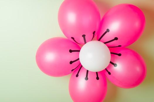 kawaii love birthday party 2 525x349 تزیین تولد با شکوفه های گیلاس بادکنکی