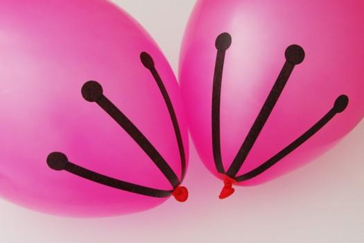 cherry blossom balloon tutorial 5 525x350 تزیین تولد با شکوفه های گیلاس بادکنکی