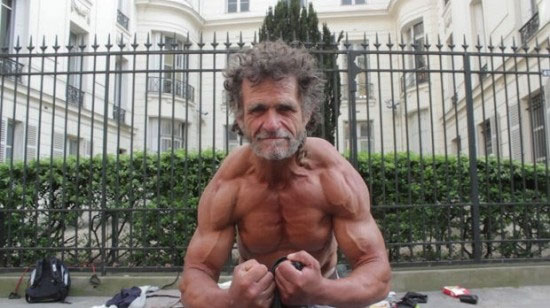 راهکار عجیب یک بیخانمان برای بدنسازی +عکس