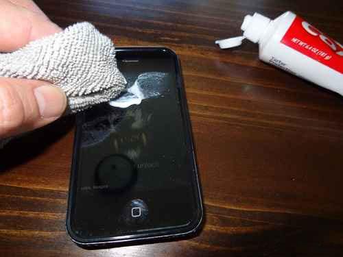 کاربرد خمیر دندان - تمیز کردن صفحه نمایش اسمارت فون