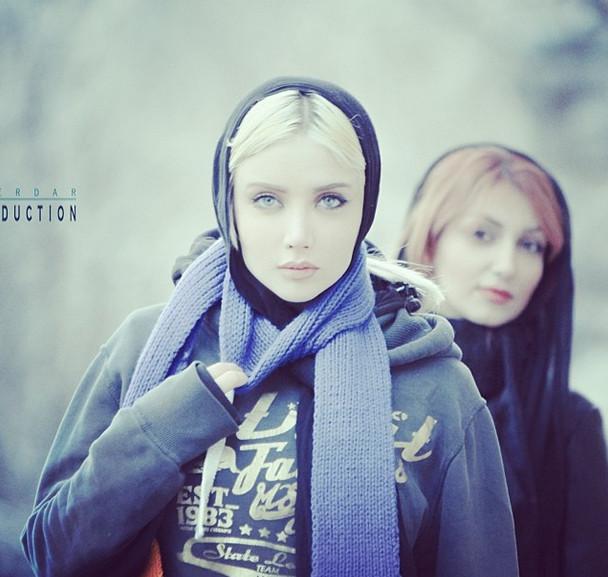 نهال با حجاب کامل در جلوی دوربین