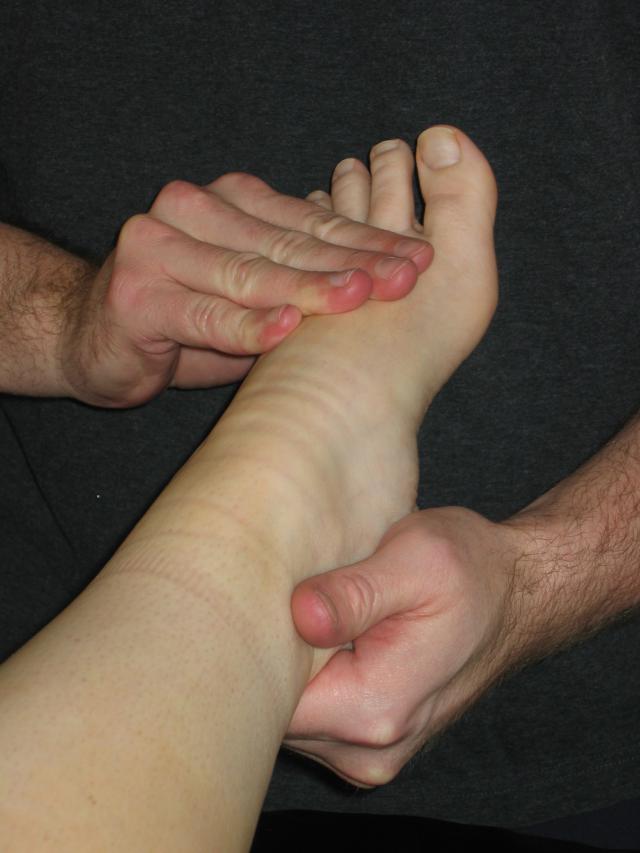 آموزش ماساژ پا: در ابتدا پا را گرم کنید.