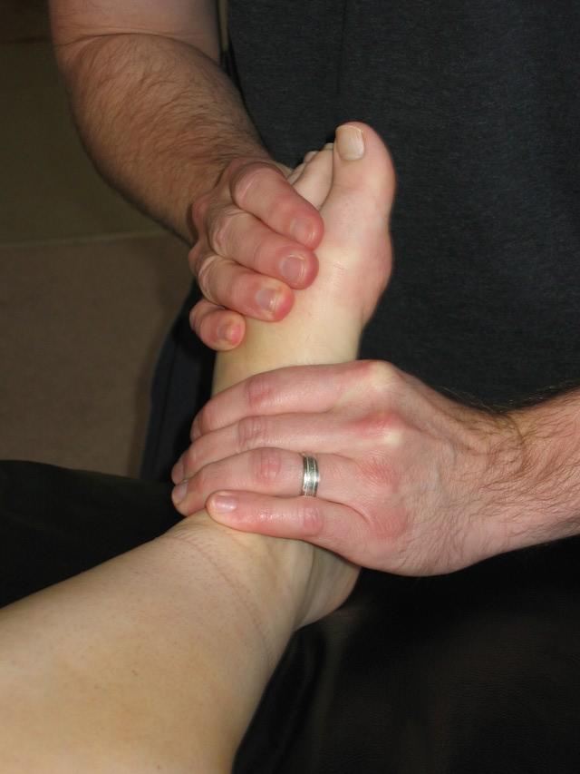 یک دست زیر پا و دیگر بیرون پا قرار بگیرد و در جهت مخالف بپیچانید
