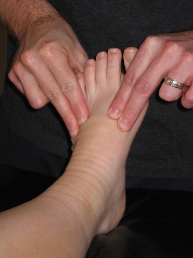 حال که پا گرم شده است حرکاتی کششی رگ های داخلی انجام می شود
