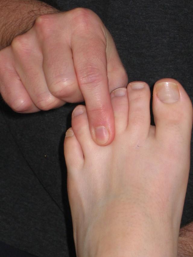 ماساژ انگشتان میان پا
