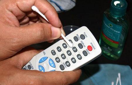 تمیزکردن کنترل, نحوه تمیز کردن کنترل, آموزش تمیز کردن کنترل, تمیز کردن ریموت کنترل, راهنمای تمیز کردن ریموت کنترل, روش های تمیز کردن کنترل,اصول خانه تکانی
