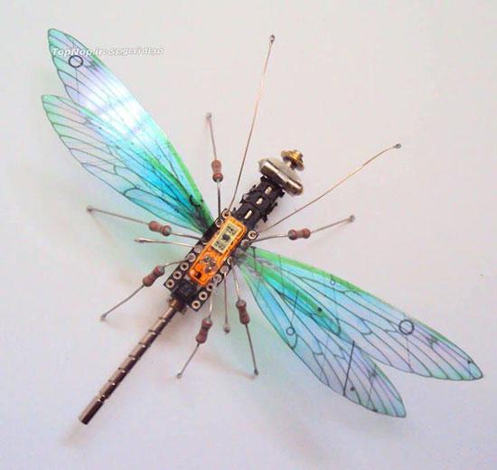 هنرمندی جولی آلیس - ساخت حشره از بردهای معیوب الکترونیکی