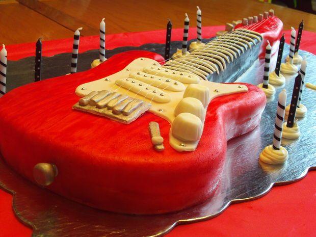 تزئین کیک به شکل گیتار ,تزیین کیک ,تزیین کیک جالب,تزیین کیک تولد ,تزیین کیک زیبا ,کیک تولد ,کیک عروسی ,تزیین کیک با خامه, تزیین کیک با خمیر فوندانت