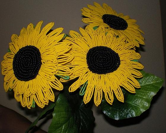 گل های آفتابگردان بافته شده با منجوق و مهره