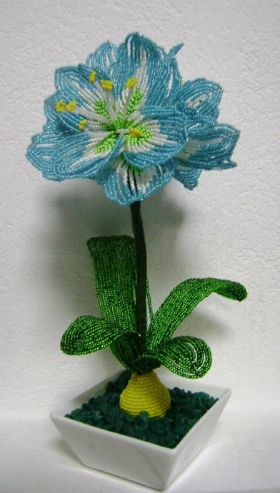 گلدان تزیینی زیبا با گل های بافته شده با منجوق و مهره