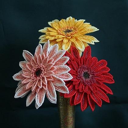 دسته گل زیبای بافته شده با منجوق و مهره