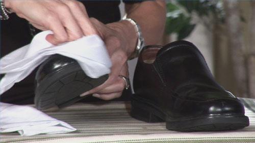 اسرار خانه داری خانه و خانواده  , روش تمیز کردن کفشهای چرمی