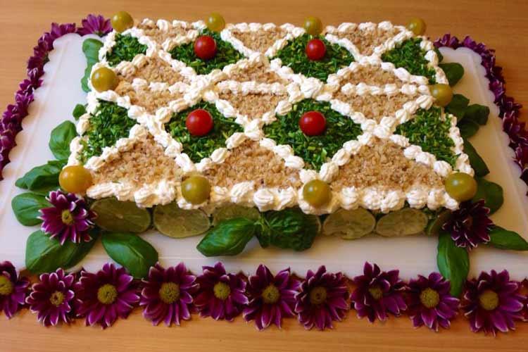 طرز تهیه کیک مرغ و گردو - تزیین کیک مرغ