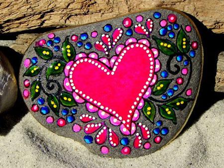 نقاشی روی سنگ به شکل قلب