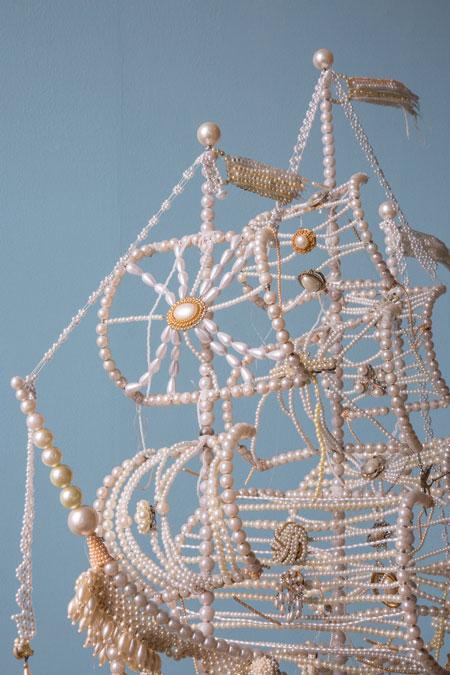 ساخت کشتی زیبای بادبانی با گردنبند مرواریدی