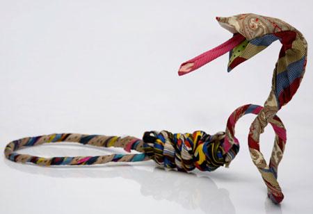 آثار هنری دو هنرمند کوبایی با لباس کهنه