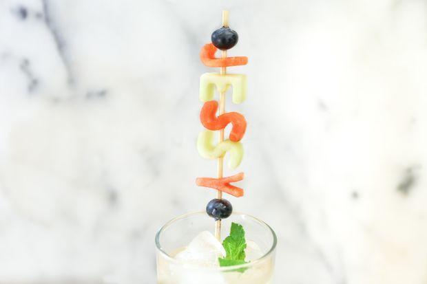 تزیین میوه به شکل حروف - میوه آرایی - تزیین شربت