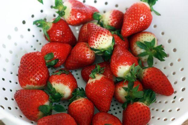 سفره آرایی  , میوه آرایی : تزیین میوه به شکل گلدان گل (1)