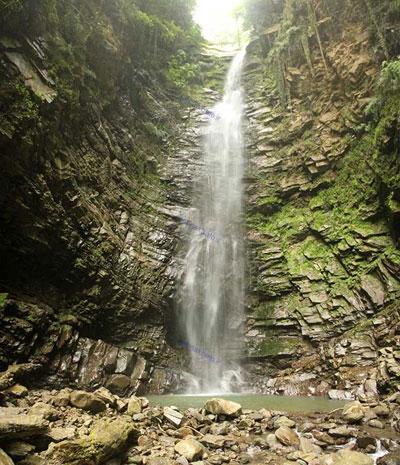 آبشار گزو در جنگل لفور سوادکوه
