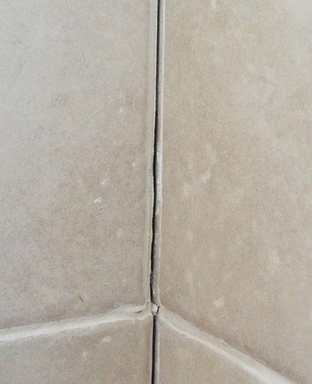 نحوه پر کردن درزهای کاشی,ترمیم درزهای کاشی حمام و دستشویی