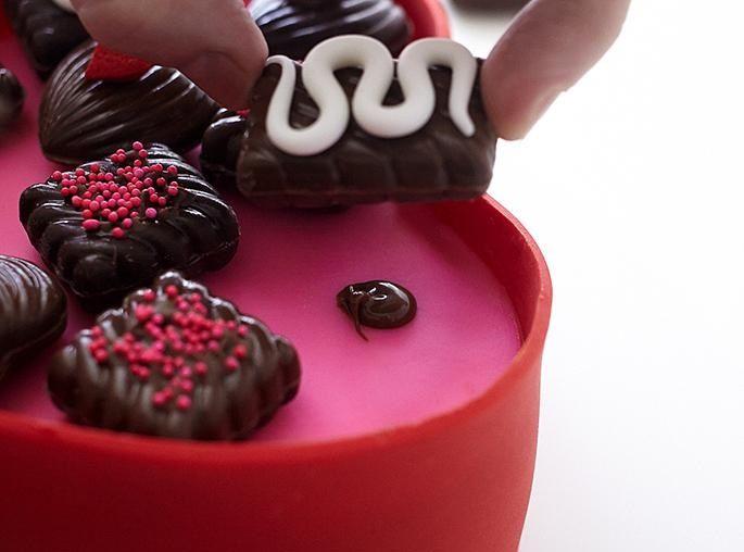 تزیین کیک به شکل جعبه شکلات