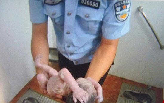 تولد نوزادی داخل توالت + تصاویر - معضلات چین - اخبار حوادث