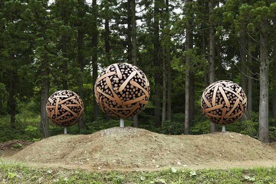 مجسمه هایی از تنه درختان دور ریخته شده