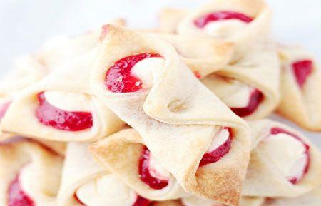 طرز تهیه شیرینی پنیری خامهای توتفرنگی