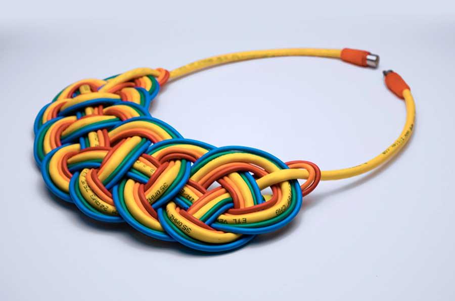 گردنبندهای ساخته شده از کابلهای الکترونیکی