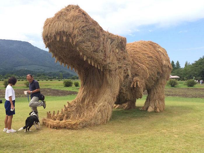 مجسمه هایی از کاه در جشنواره کاه برنج ژاپن