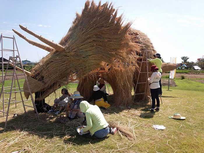 مجسمه های غول آسای ساخته شده از کاه برنج