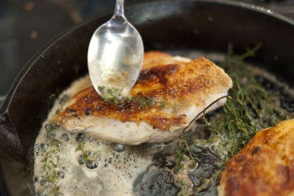 طرز تهیه مرغ بریان شده در تابه با آویشن
