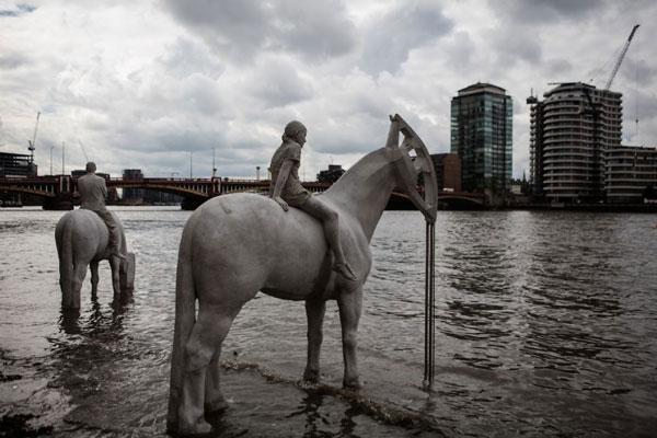 مجسمه های 4 سوارکار در کنار رودخانه تیمز لندن
