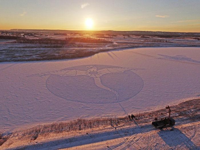 نقاشی روی برف با رد پا